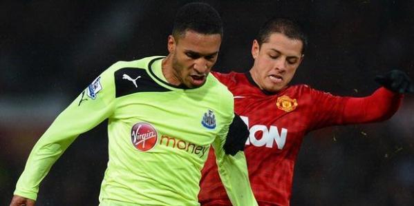 "Penyerang Manchester United, Javier ""Chicharito"" Hernandez (kanan) berduel dengan gelandang Newcastle United, Sylvain Marveaux, pada laga Premier League, Rabu (26/12/2012). Hernandez mencetak gol terakhir yang memastikan MU menang 4-3."