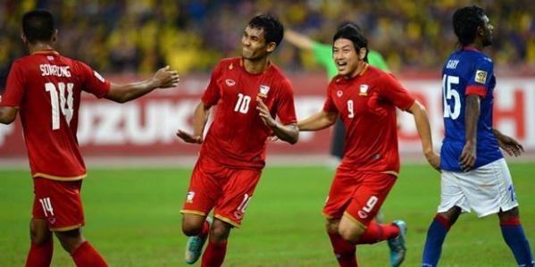 Striker Thailand, Teerasil Dangoa (tengah) saat merayakan gol penyama kedudukan ke gawang Malaysia dalam leg pertama semifinal Piala AFF 2012 di Stadion Nasional Bukit Jalil, Kuala Lumpur, Malaysia, Sabtu (9/12/2012). Kedua tim bermain imbang 1-1.