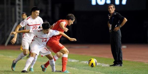 Dua pemain Filipina, Carlos Alberto (kiri) and Martinez De Murga (tengah) saat berusaha merebut bola dari striker Singapura, Aleksandar Duric (kanan) dalam laga leg pertama semifinal Piala AFF 2012 di Stadion Rizal Memorial, Sabtu (9/12/2012). Kedua tim bermain imbang 0-0.