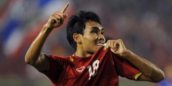 Penyerang tim nasional Thailand, Teerasil Dangda, usai mencetak gol ke gawang Malaysia pada semifinal kedua Piala AFF 2012 yang berlangsung di Stadion Supachalasai, Bangkok, Kamis (13/12/2012).