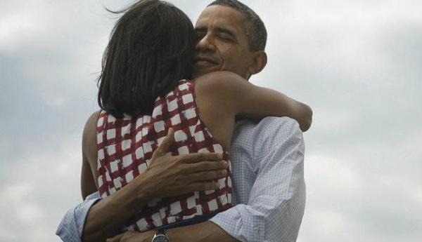 Foto Barack Obama peluk Michelle saat umumkan Four More Years di Twitter