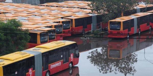 Puluhan armada transjakarta baru diparkir di Pool Pesing, Jakarta Barat, Minggu (13/1/2013). Pemerintah Prov DKI Jakarta terus mengembangkan angkutan massal berbasis bus itu dengan menambah jumlah armada, menambah koridor dan pengintegrasian antara transjakarta dengan angkutan umum lainnya.