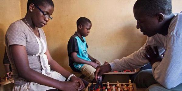 Philona Mutesi (16) sedang berlatih di Kampala, Uganda. Mutesi kini berpeluang menjadi perempuan Uganda pertama yang meraih gelar grandmaster. Catur telah mengubah kehidupan Mutesi yang dulu terjerat kemiskinan.