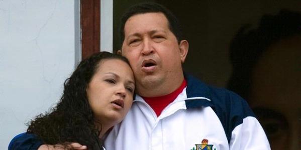 Berbicara di balkon istana kepresidenan di Caracas, Jumat (13/4/2012), Presiden Venezuela Hugo Chavez bersama putrinya, Rosa Virginia, saat mengumumkan akan berangkat ke Kuba untuk menjalani pengobatan lanjutan atas tumor pada panggulnya. Karena Chavez lama tidak berbicara ke publik, muncul spekulasi kesehatannya mundur atau bahkan meninggal.