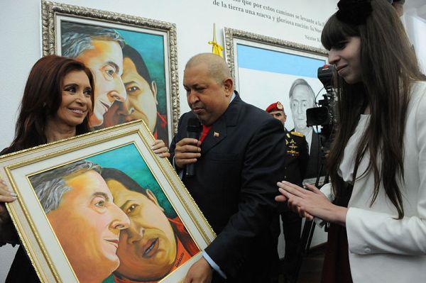 Mendiang Presiden Venezuela, Hugo Chavez (tengah) saat menunjukkan lukisan dirinya bersama Nestor Kirchner, almarhum suami Presiden Argentina Cristina de Kirchner (kiri)