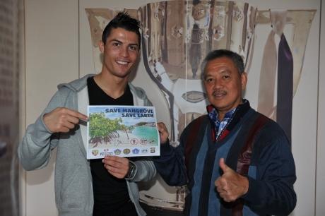 Bintang Real Madrid Cristiano Ronaldo bersama Tony Winata