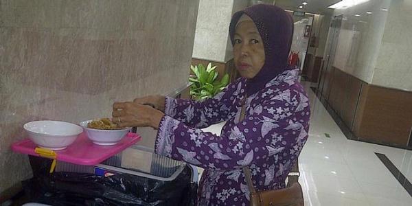Mak Wati (60) penjual makanan di dalam Gedung Nusantara I, Kompleks DPR, seorang anaknya berhasil sekolah di Universitas Konstanz, Jerman. Wanita kelahiran Purworejo Jawa Tengah ini telah mulai berjualan di DPR sejak 1984.